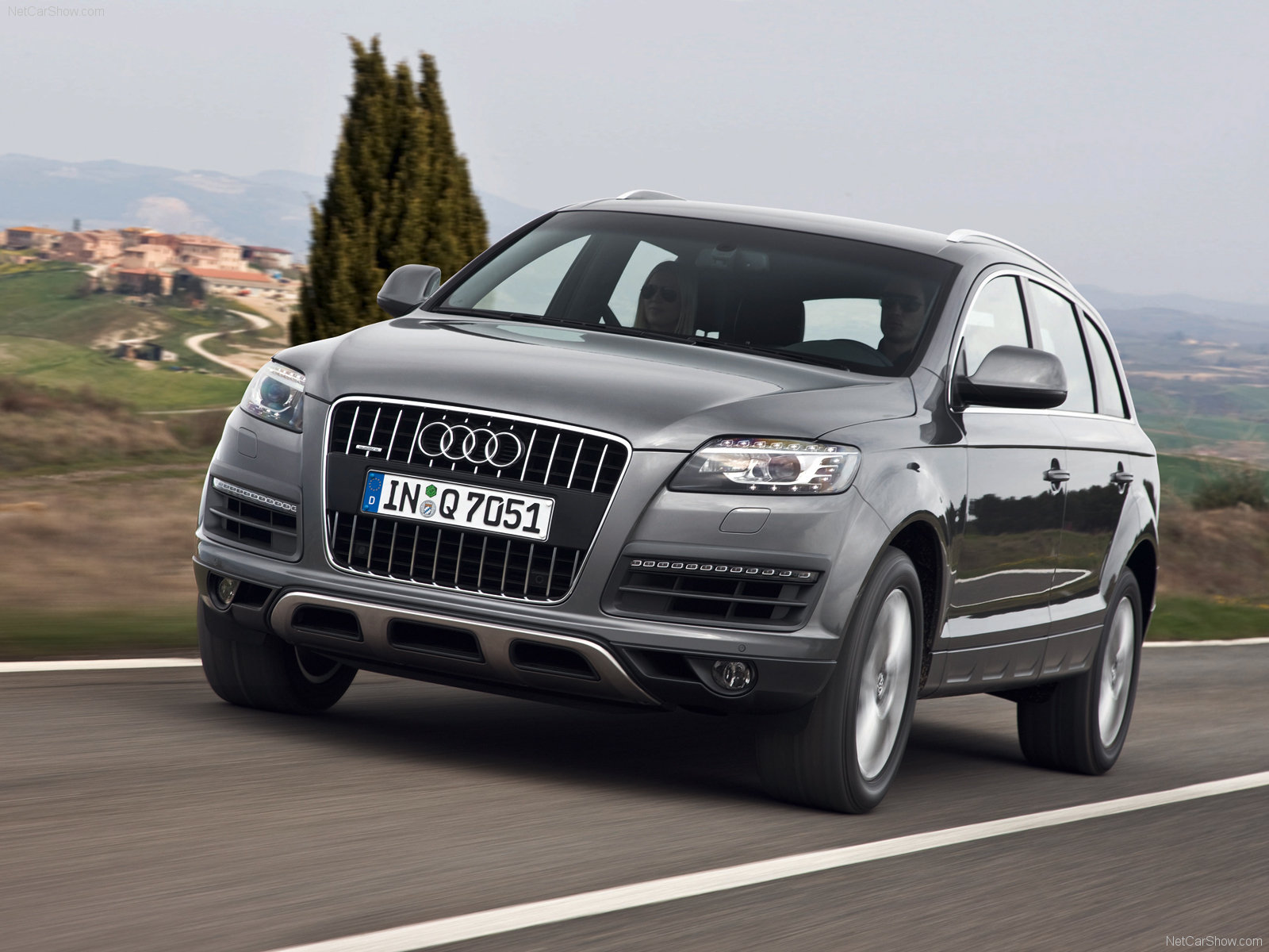 pic link: http://www.carsbase.com/photo/Audi-Q7_mp4_pic_63548.jpg