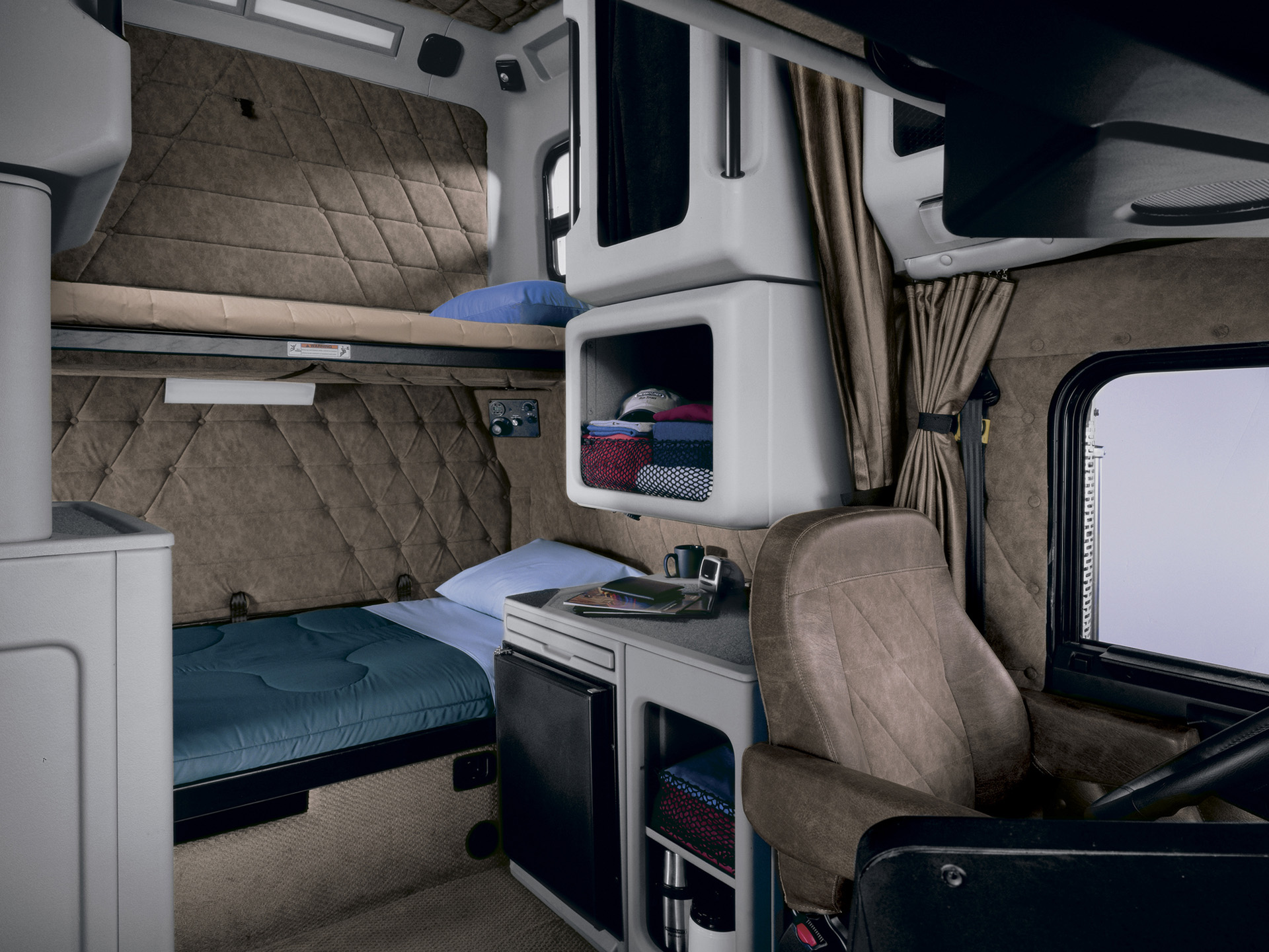 Freightliner classic photos photogallery with 21 pics for Camion americain interieur cabine