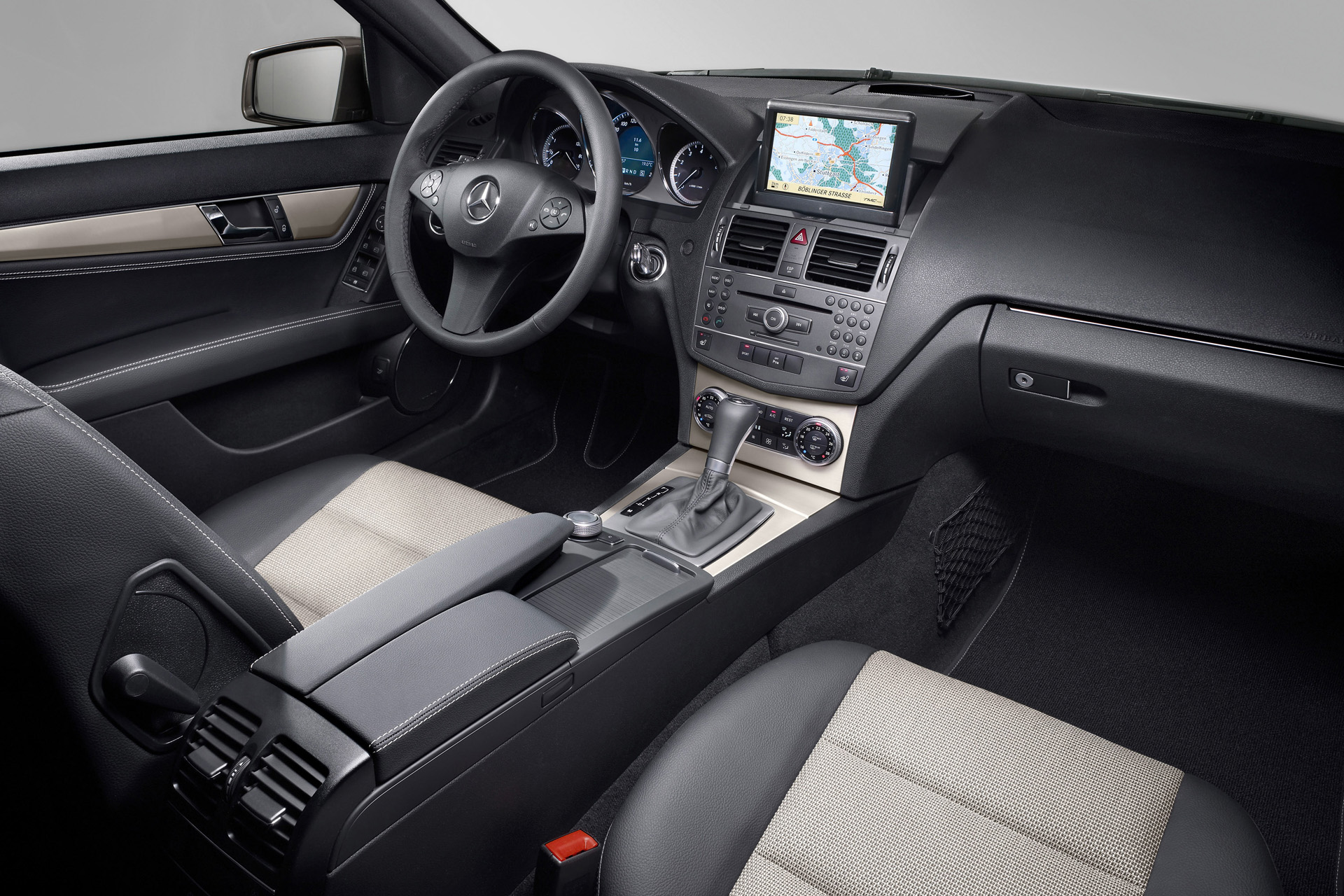 Mercedes benz c class w204 photos photogallery with 47 for Interior mercedes clase c