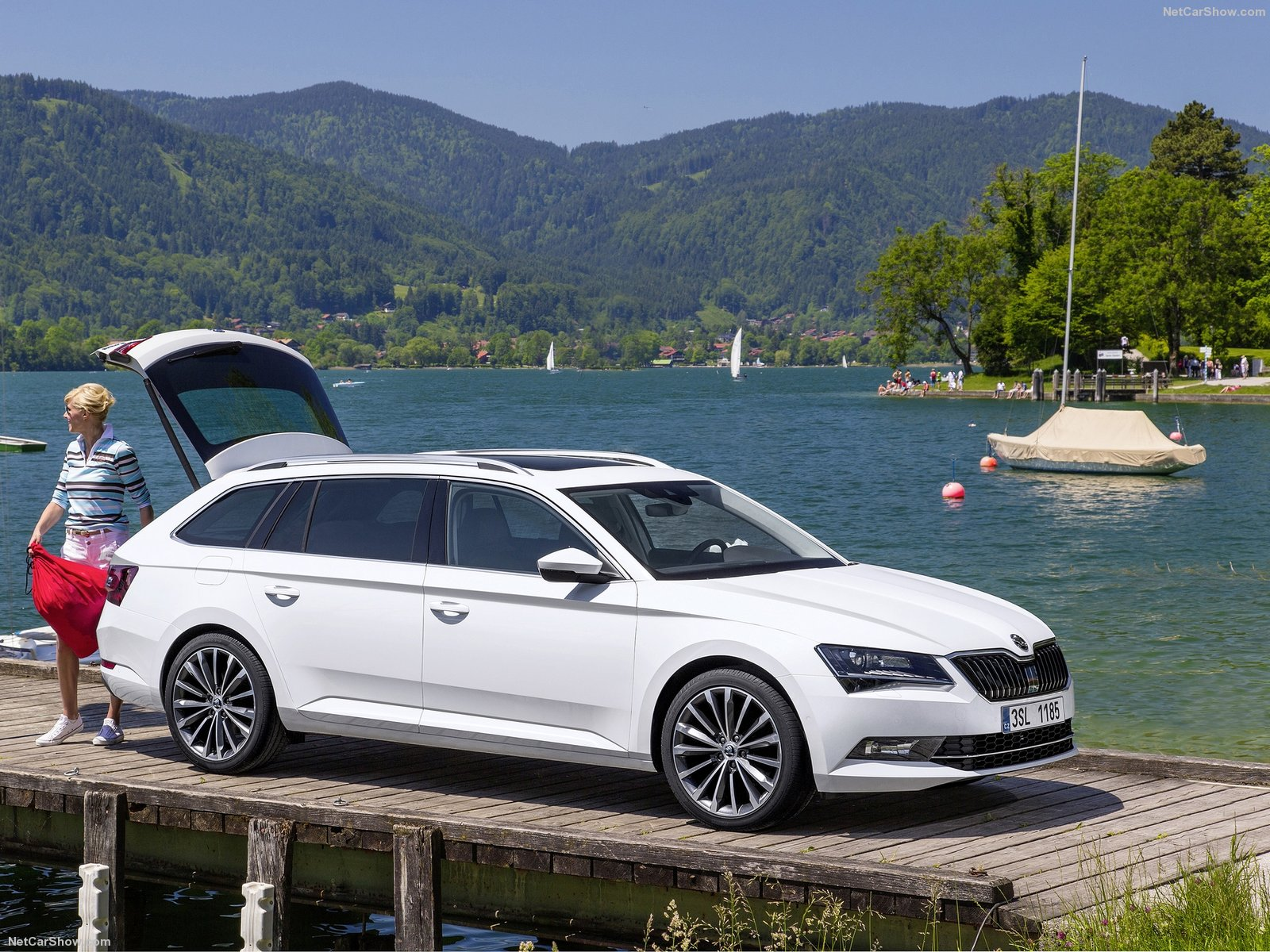 skoda superb combi photos photogallery with 113 pics. Black Bedroom Furniture Sets. Home Design Ideas