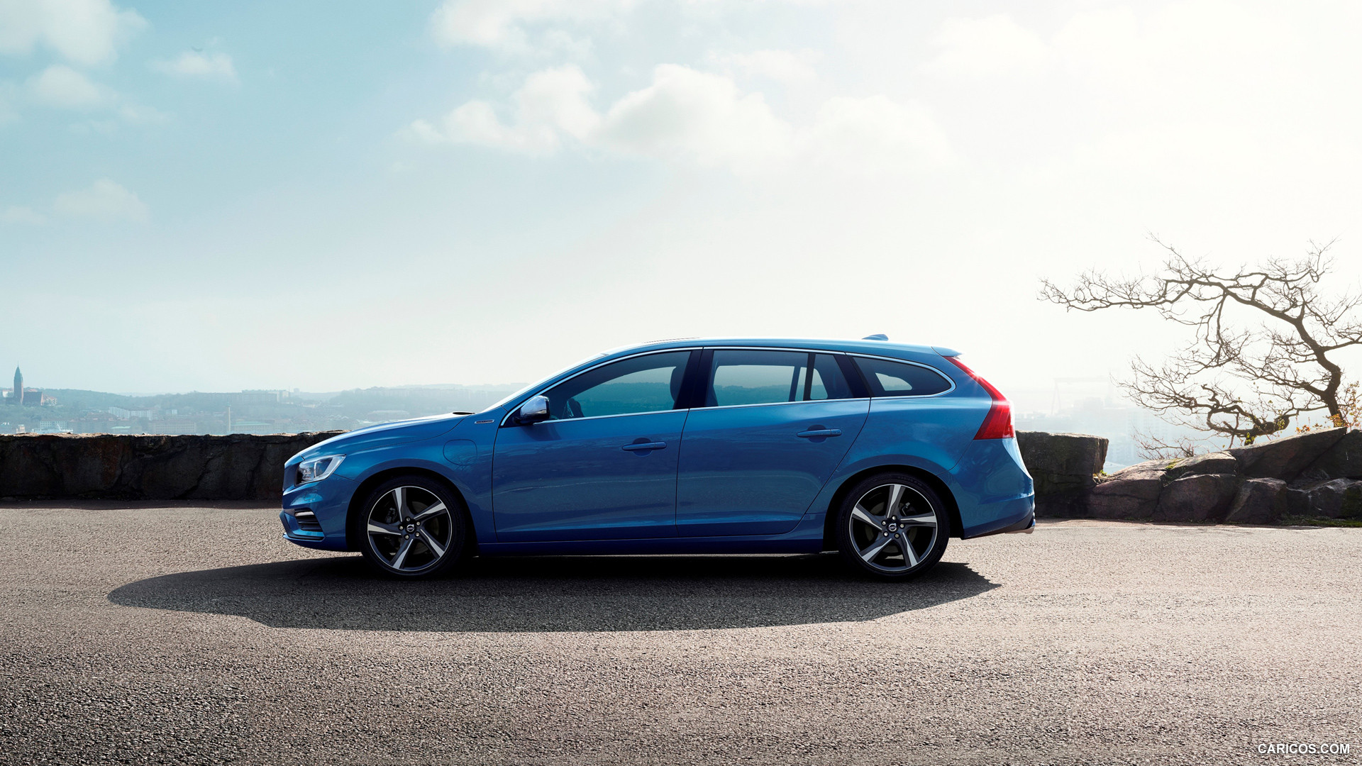 volvo v60 plug in hybrid r design photos photogallery. Black Bedroom Furniture Sets. Home Design Ideas