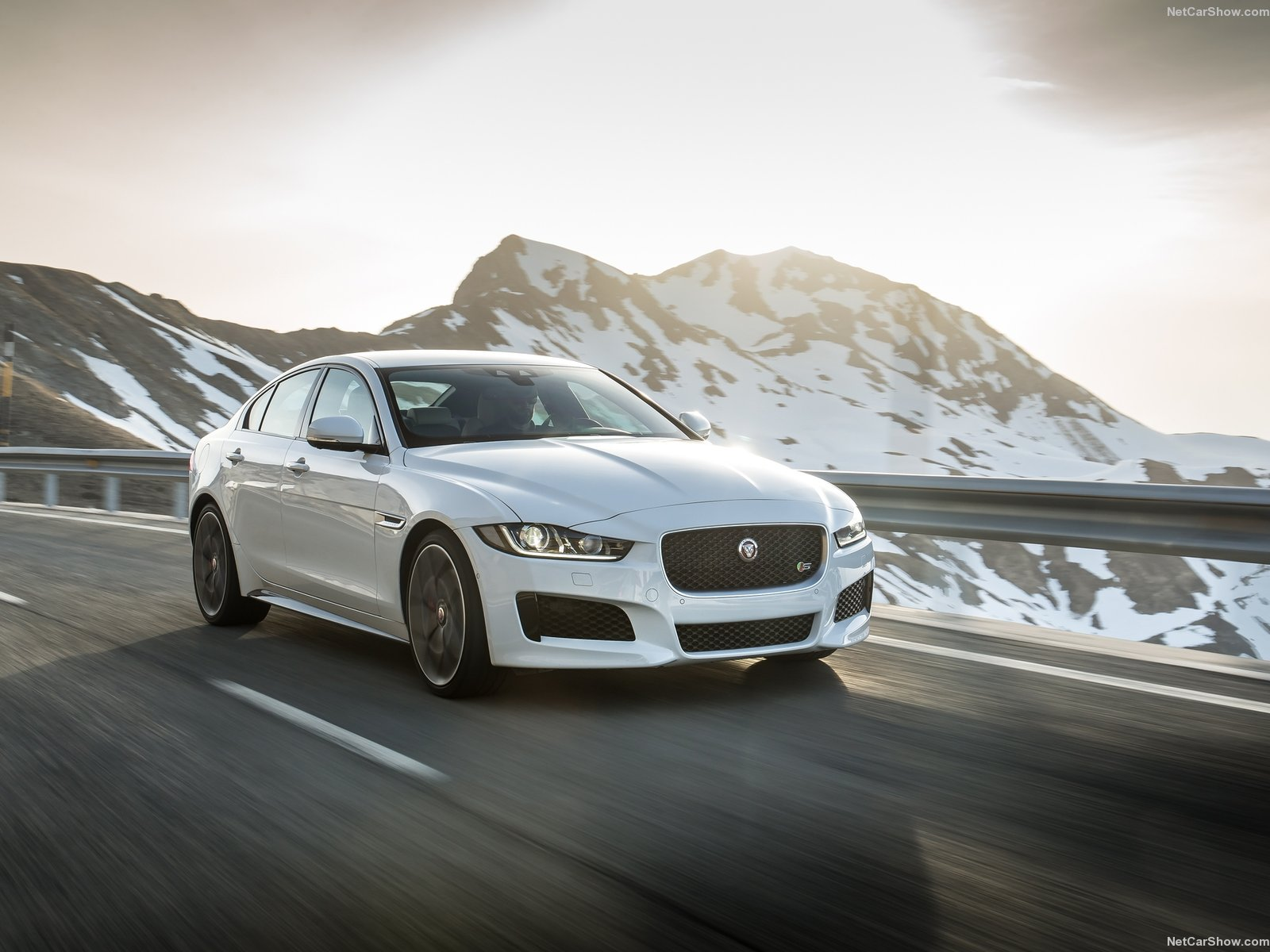 Jaguar XE S photo 142880